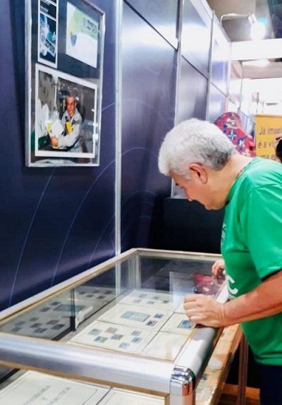 Ministro Astronauta Marcos Pontes visita estande dos Correios e reelembra selo emitido em sua homenagem